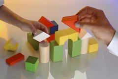 Twee handen bouwen een huis Royalty-vrije Stock Afbeeldingen