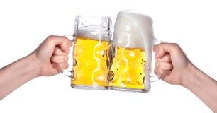 Twee handen die bieren houden die een toost maken Stock Foto