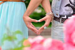 Twee handen die een hartsymbool houden stock afbeelding