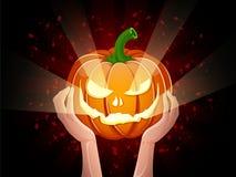 Twee handen die pompoen Halloween houden Stock Afbeeldingen