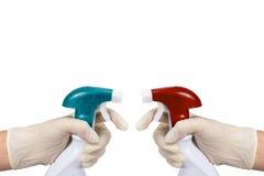 Twee handen die reinigingsmachine in nevel tegen elkaar houden Stock Afbeeldingen