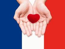 Twee handen die rode hartvorm houden Royalty-vrije Stock Afbeelding