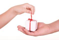 Twee handen en doos met gift royalty-vrije stock fotografie
