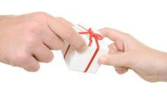 Twee handen en gift stock afbeelding