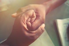 Twee handen het houden royalty-vrije stock foto's