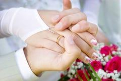 Twee handen met een trouwring Stock Foto
