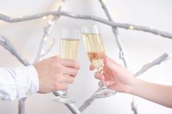 Twee handen met glazen champagne stock afbeelding