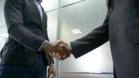 Twee handen van de partnerschok wanneer het samenkomen stock video