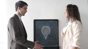 Twee handen van de partnerschok wanneer het samenkomen tussen een man en een vrouw in kostuum Succesvolle overeenkomst 3840x2160 stock footage