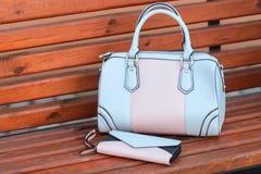 Twee handtassen op een bank in straat Royalty-vrije Stock Afbeeldingen