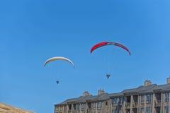 Twee hangen zweefvliegtuigenglijdende beweging over flatgebouwen met koopflats bij Vreedzame Stad royalty-vrije stock afbeelding