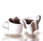 Twee hart gestalte gegeven liefdekoppen van koffie het levitatie ondergaan Stock Fotografie