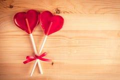Twee hart-vormig suikergoed op houten achtergrond, Gelukkige Conceptenliefde, stock afbeeldingen