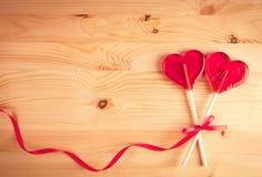 Twee hart-vormig suikergoed op houten achtergrond, Gelukkige Conceptenliefde, royalty-vrije stock foto