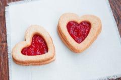 Twee hart-vormige koekjes met jam Stock Afbeeldingen