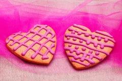 Twee hart-vormige peperkoekkoekjes Stock Foto