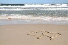 Twee harten die op een strand worden getrokken Stock Foto's
