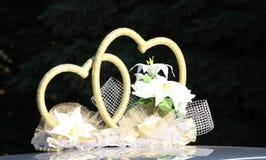 twee harten op dak van de huwelijksauto Stock Foto's