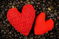 Twee harten op de koffiebonen Stock Afbeeldingen