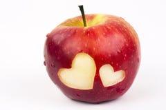 Twee harten op de verse appel, een thema van de Valentijnskaartendag royalty-vrije stock afbeelding