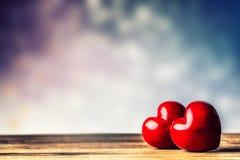 Twee harten op een houten raad De dag van de valentijnskaart De Kaart van de Groet van de valentijnskaart Royalty-vrije Stock Fotografie