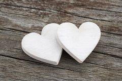 Twee harten op houten achtergrond Royalty-vrije Stock Foto