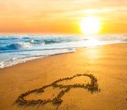 Twee harten op strandzand Stock Afbeeldingen