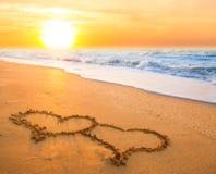 Twee harten op strandzand Royalty-vrije Stock Foto
