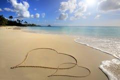 Twee harten op zand stock foto