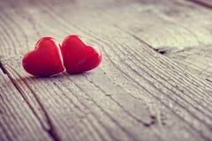 Twee harten van de valentijnskaartendag in liefde stock foto