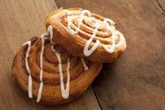 Twee heerlijke vers gebakken Deense gebakjes Stock Afbeelding