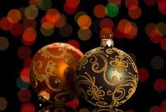Twee heldere Kerstmisballen met patronen, op donkere achtergrond Stock Foto