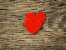 Twee heldere rode harten op donker uitstekend textuur oud hout backgroun Royalty-vrije Stock Foto