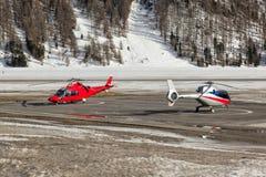 Twee helikopters bij de luchthaven van St Moritz Royalty-vrije Stock Afbeeldingen