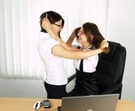 Twee het aantrekkelijke bedrijfsvrouw vechten Stock Afbeeldingen