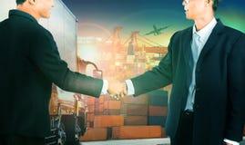 Twee het bedrijfsmens schudden hand tegen containervrachtwagen in het verschepen Stock Afbeelding