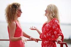 Twee het beste meisjesvrienden spreken Royalty-vrije Stock Fotografie