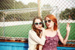 Twee het Beste Vrienden Jonge Meisjes Blijven Stock Afbeelding