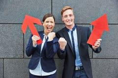 Twee het gelukkige bedrijfsmensen toejuichen Stock Foto