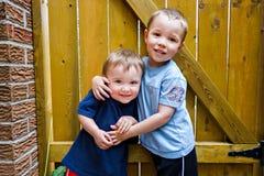 Twee het Gelukkige Jongens Koesteren royalty-vrije stock foto's