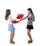 Twee het gelukkige meisjes vechten hoofdkussens Royalty-vrije Stock Fotografie