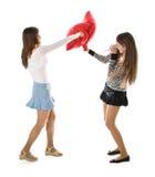 Twee het gelukkige meisjes vechten hoofdkussens Royalty-vrije Stock Afbeeldingen