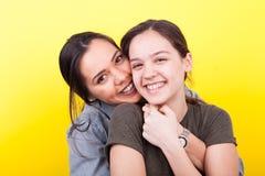 Twee het gelukkige zusters lachen Royalty-vrije Stock Afbeeldingen