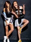 Twee het glimlachen donkerbruine modellen in kleren van de zomer de toevallige hipster Stock Foto's