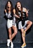 Twee het glimlachen donkerbruine modellen in kleren van de zomer de toevallige hipster op wit Stock Foto