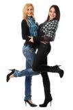 Twee het glimlachen meisjes het omhelzen Royalty-vrije Stock Foto