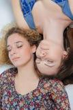 Twee het jonge meisjes slapen Stock Foto's