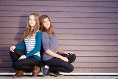 Het gelukkige glimlachen van twee van de Tiener Vrienden van het Meisje gekleed voor de lente of de herfst Royalty-vrije Stock Foto's