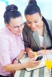 Twee het jonge onderneemsters werken Stock Foto's