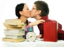 Twee het jonge studenten kussen Stock Foto's